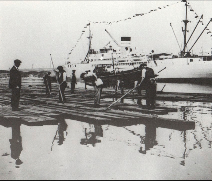 Timber handling in the Surrey Commercial Docks (http://russiadock.blogspot.co.uk/2014/02/the-commercial-dock-company-history-of.html)